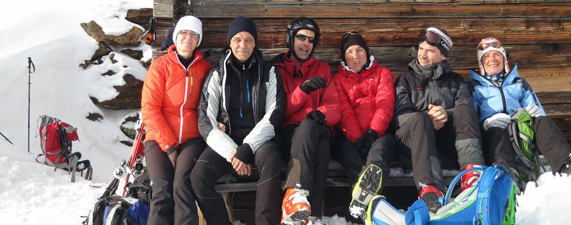 Skitouren Sarntal: Rast bei einer Südtiroler Almschupf